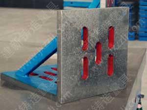 直角板(弯板)经常用铸铁制成,两面精刨和刮研。互成直角。一般还可在直角板上铸出通孔,以便通过螺丝。直角板(弯板)主要用途和直角箱相似,用来划大型笨重的工件上的垂线,或借助于C形夹钳和压板螺丝把工件夹紧在平面上划线。