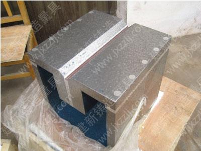 划线方箱用铸铁制成的空心立方体。其上边有V型槽和加紧装置。V型槽用作加紧圆形工件,夹紧装置可把工件加紧在方箱上。如划线需要,可翻转方箱,在一次安装中,把工件上互相垂直的线条都划出来。<BR>,
